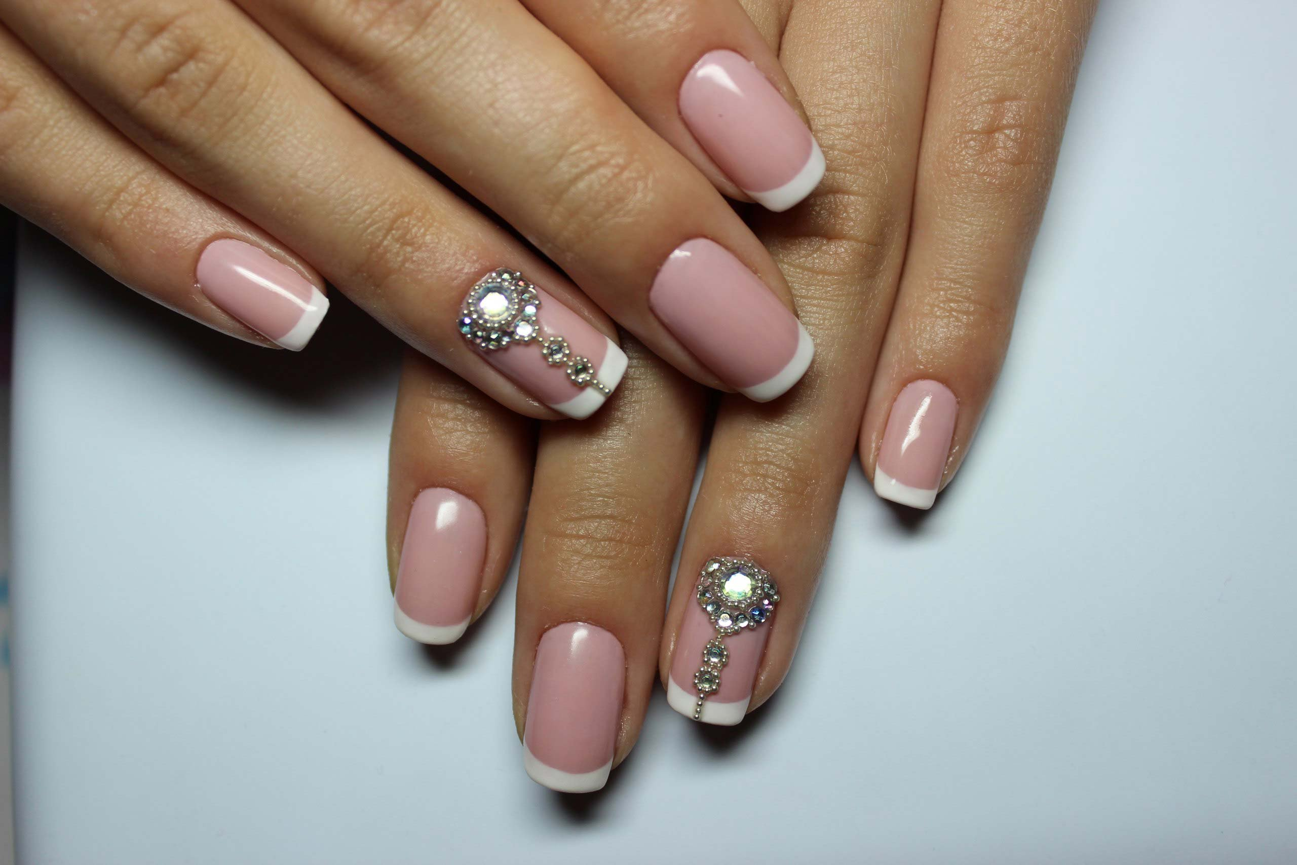 специалисты френч с камнями на ногтях фото является одним знаменитых