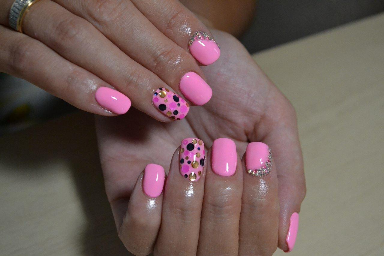 представлена фото ногтей розовые с картинками набор