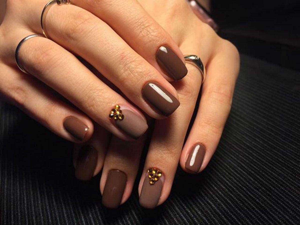 Фото белый френч на ногтях с дизайном стоит