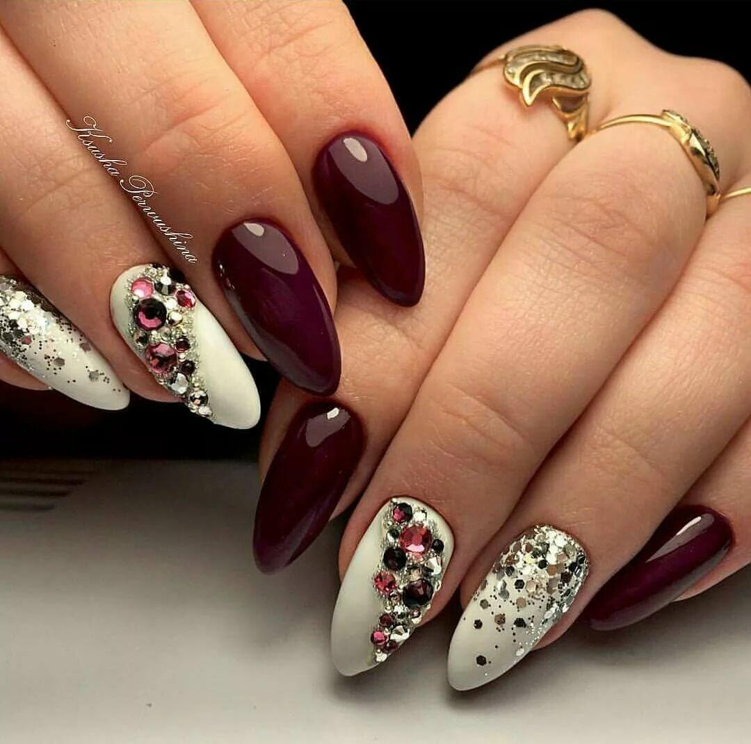 Дизайн ногтей миндаль с камнями фото красный