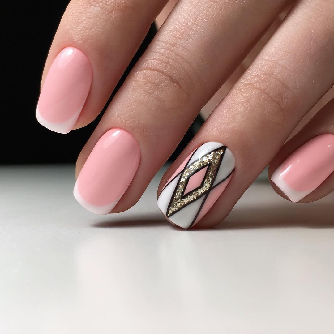 маникюр на короткие ногти геометрический рисунок имитацией фактуры цвета