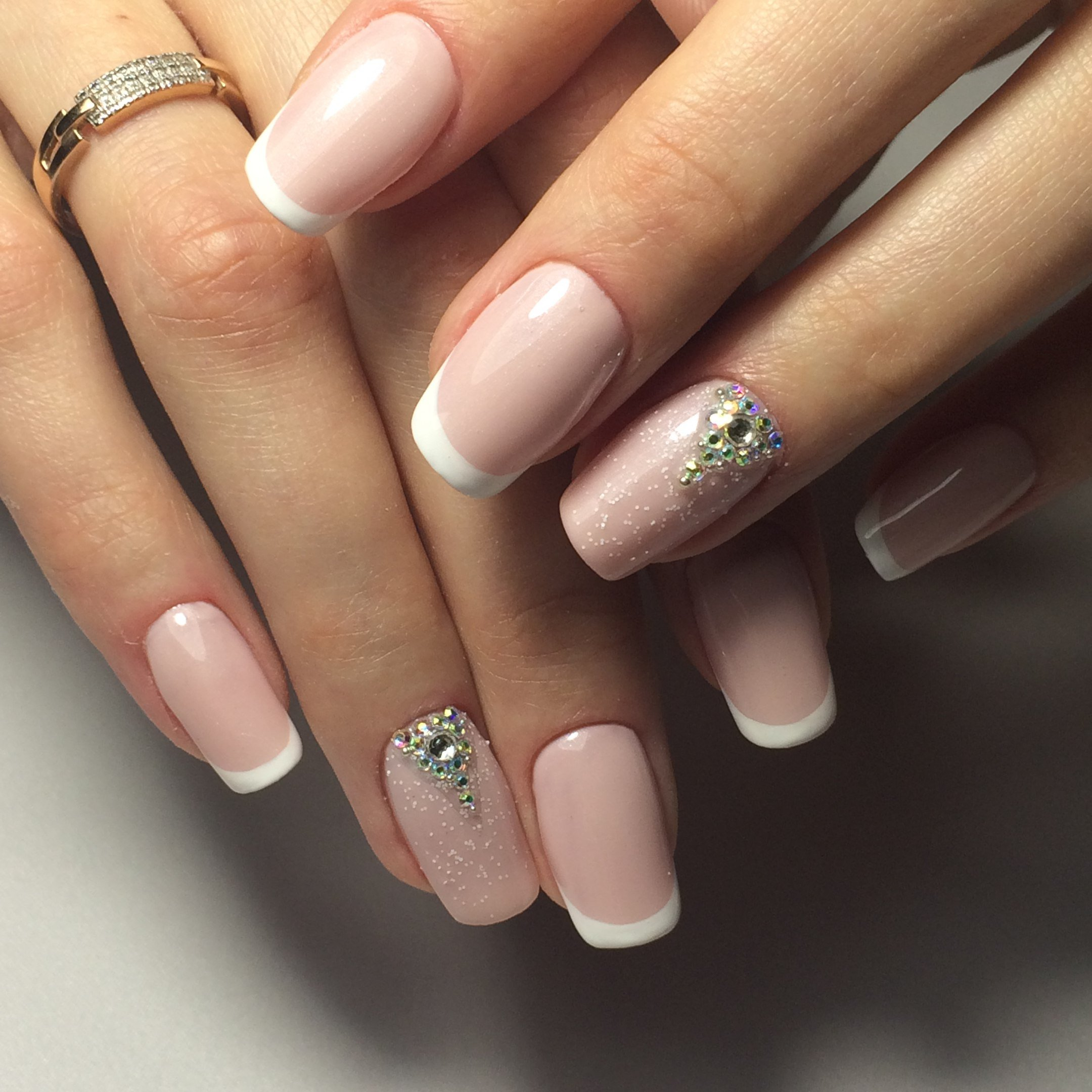 качество детализации френч с камнями на ногтях фото жарит