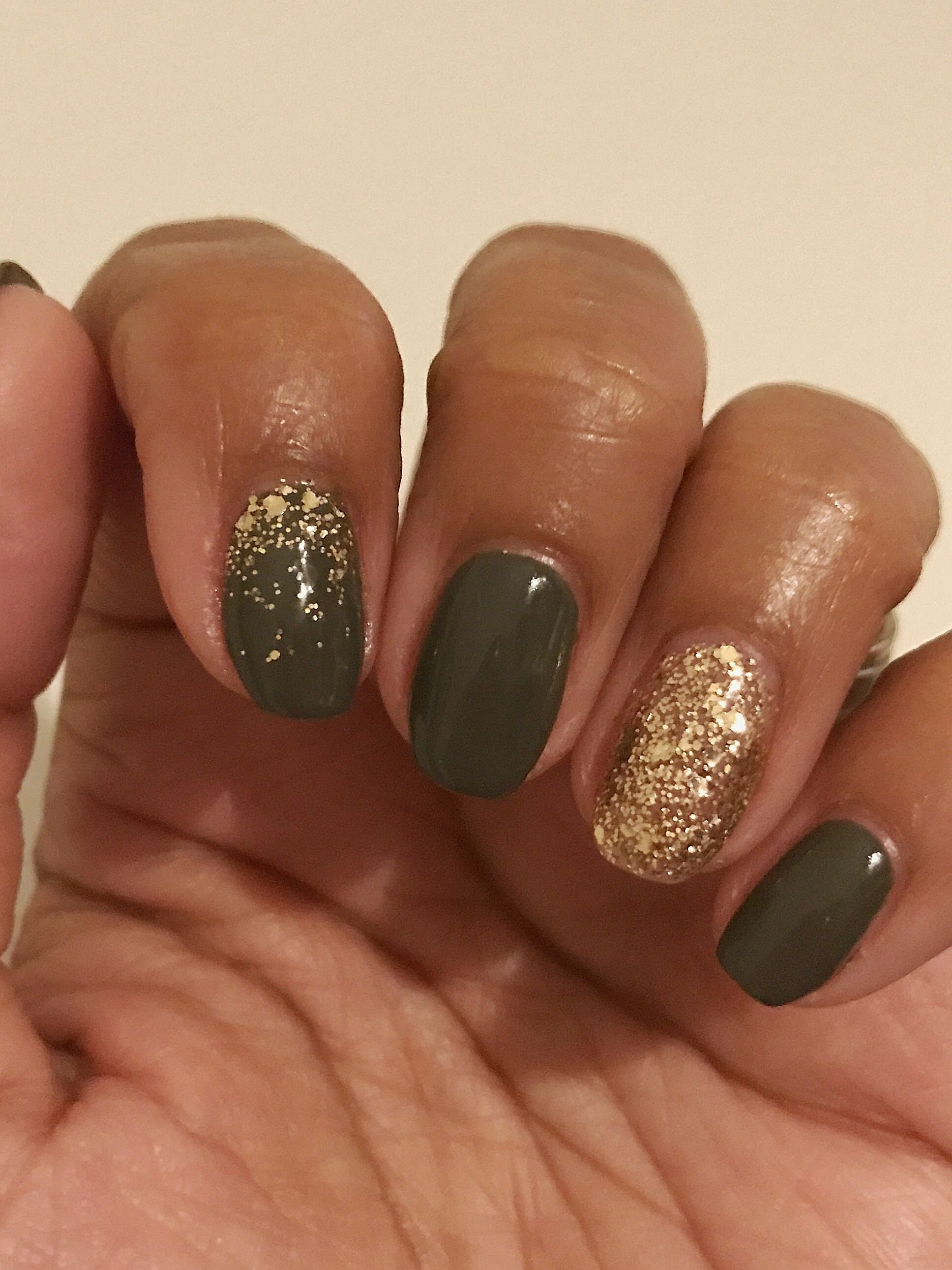 Фото гелевых ногтей болотного цвета с золотом