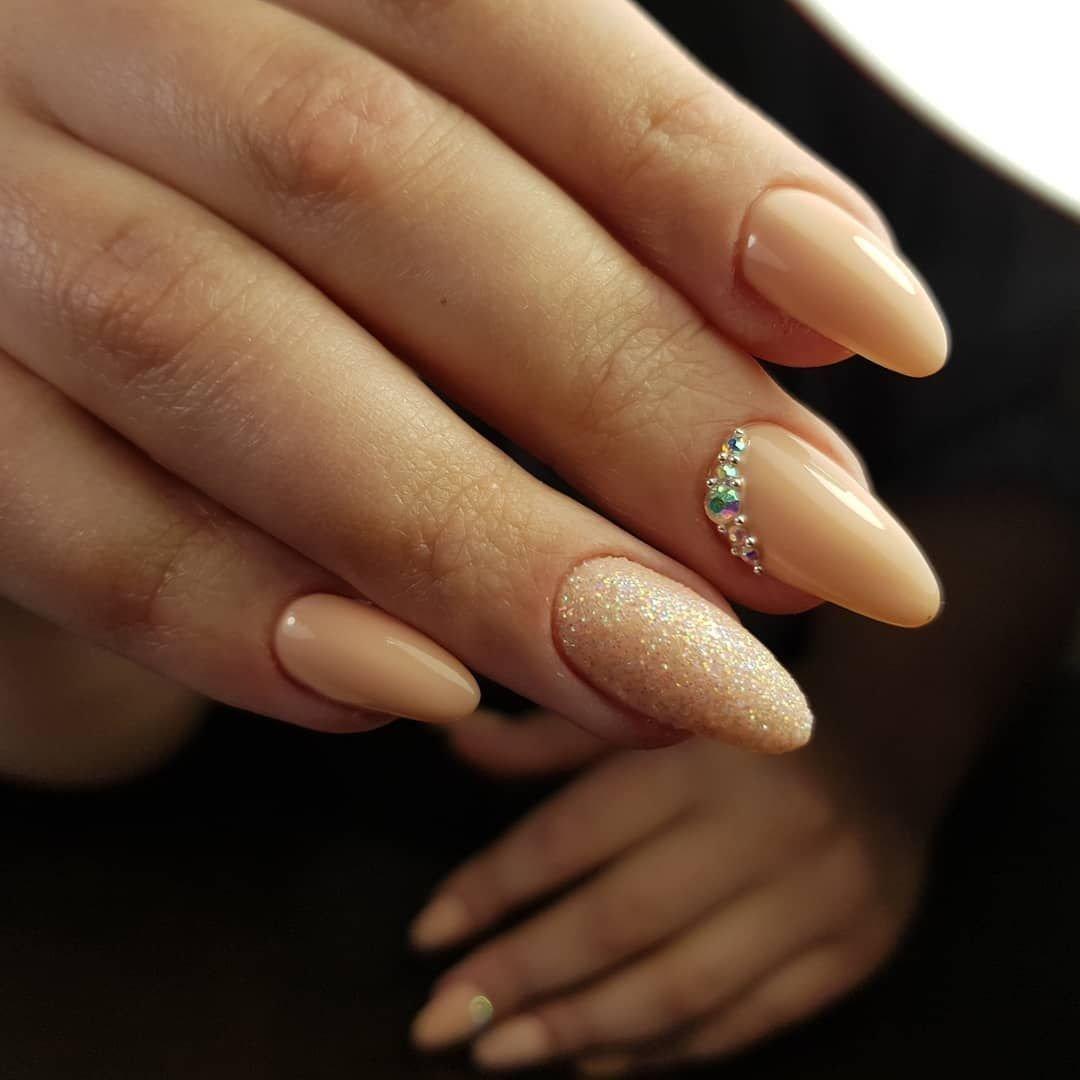 Бежевый маникюр на миндалевидных ногтях (40 фото)