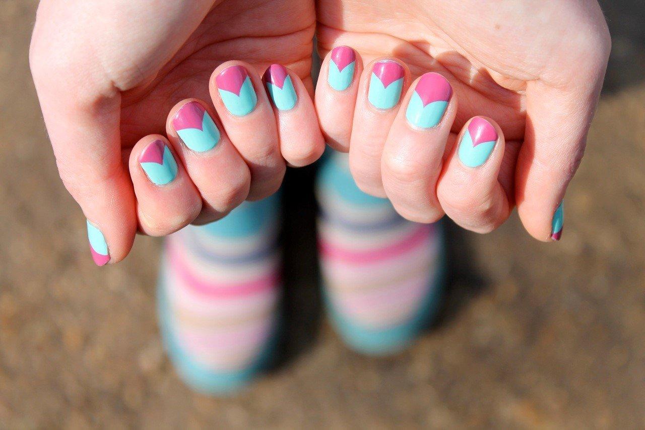 бмв подрезал ногти бирюзовые с розовым фото центре