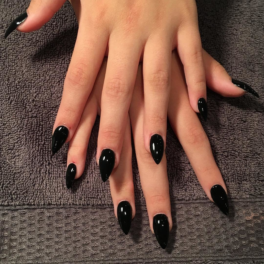 Маникюр на миндалевидных ногтях черного цвета (50 фото)