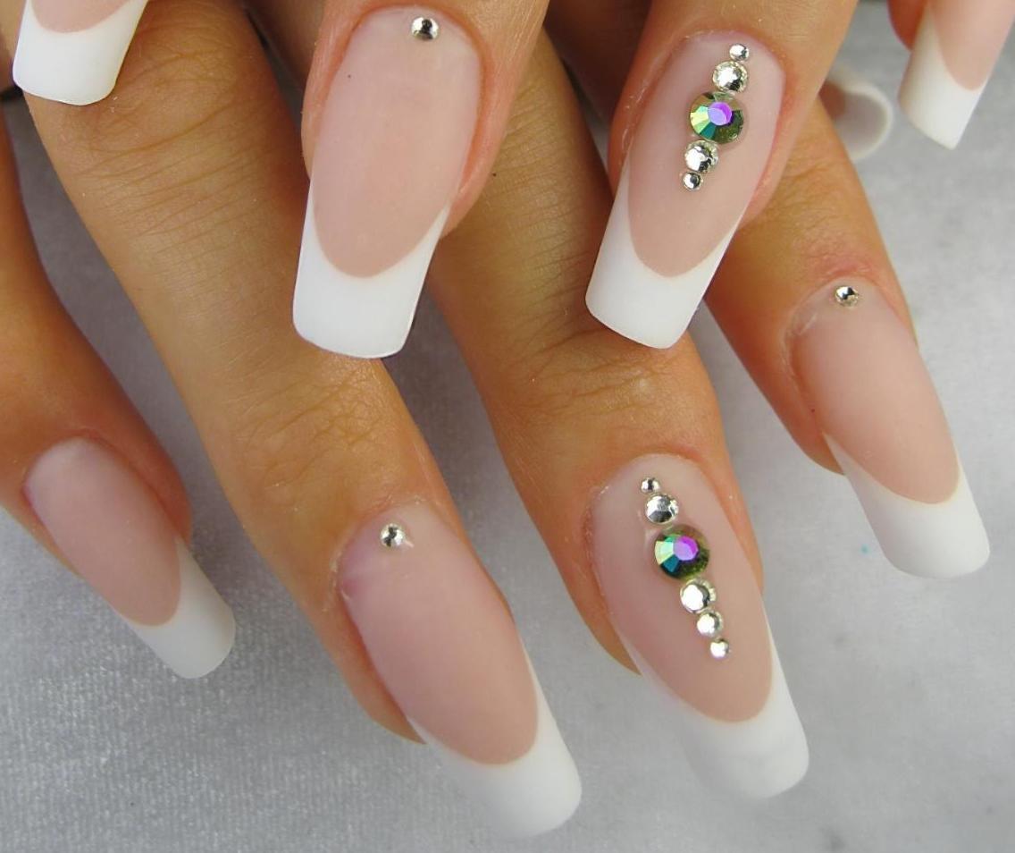 Фото белого френча на ногтях с стразами