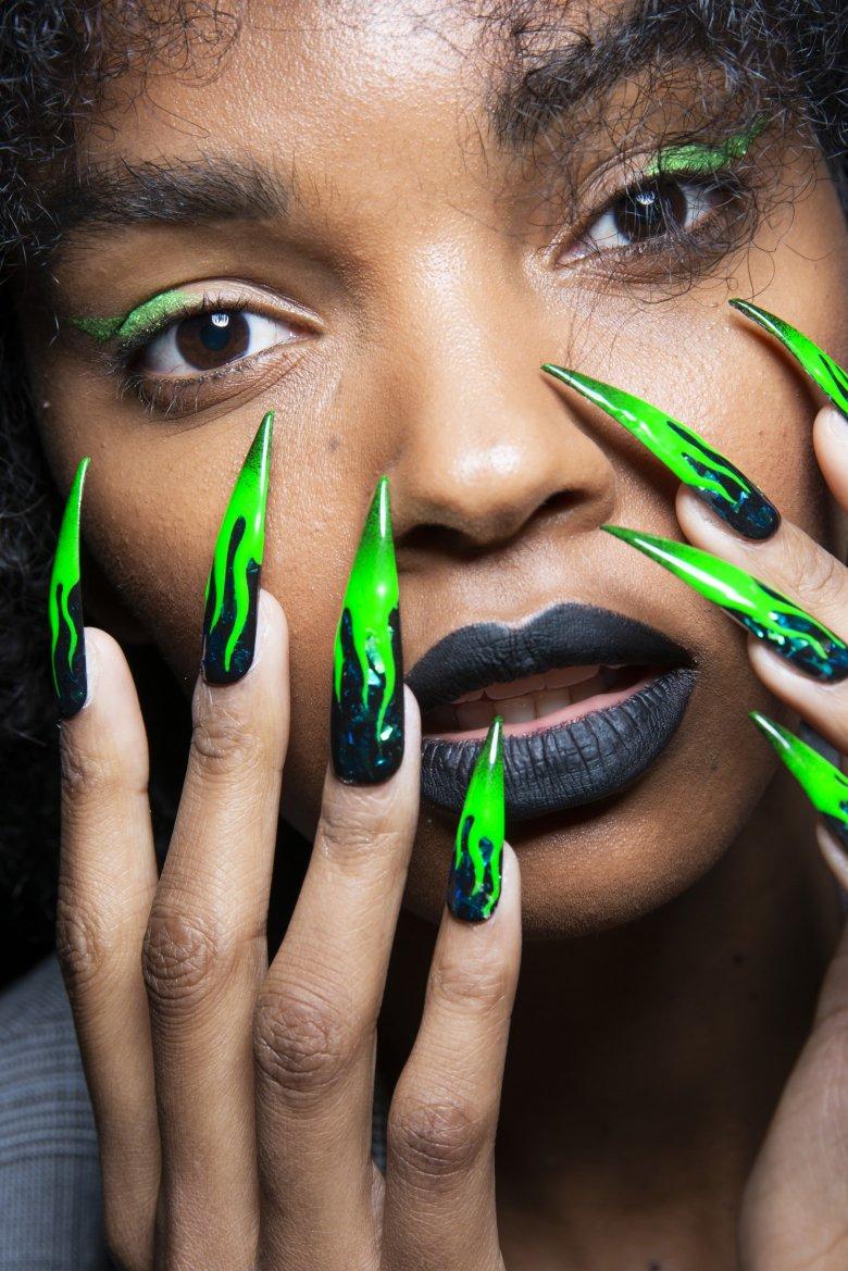 как фотки странных ногтей знакомства фарадой она