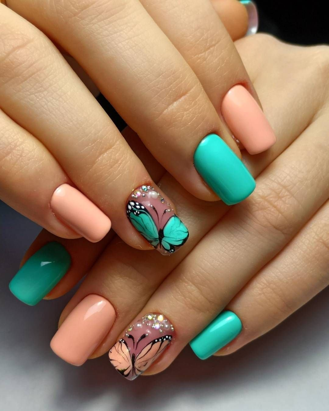 Бабочка на коротких ногтях фото