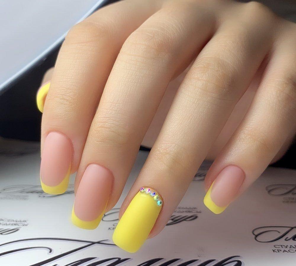 Желтый френч на ногтях с рисунком фото