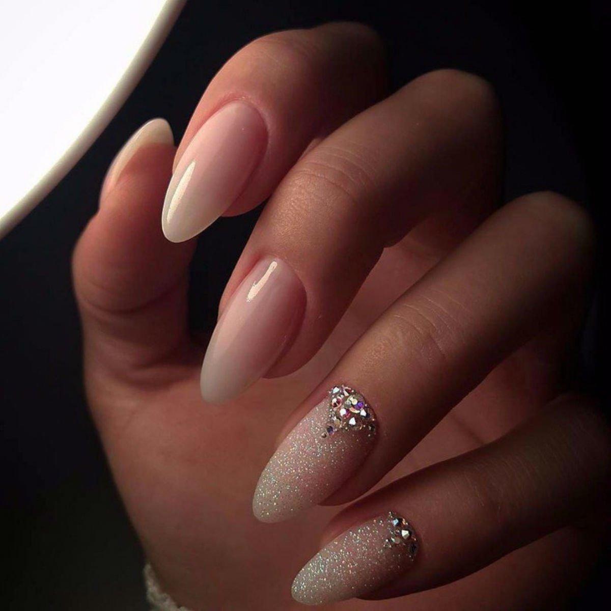 попыталась лунный маникюр на миндалевидных ногтях фото клади под