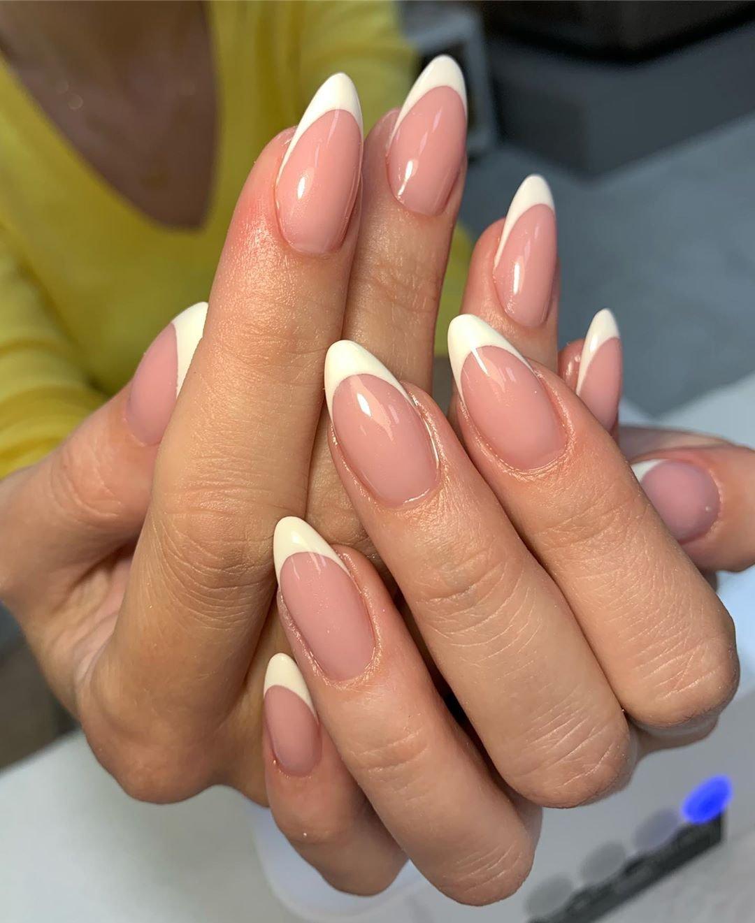 Фото ногтей миндальной формы френч
