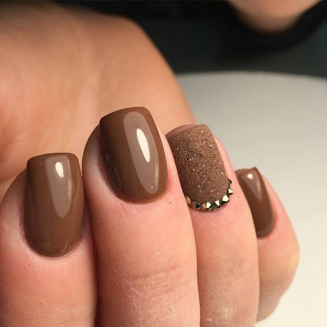 Коричневый маникюр с бежевым на короткие ногти (25 фото)
