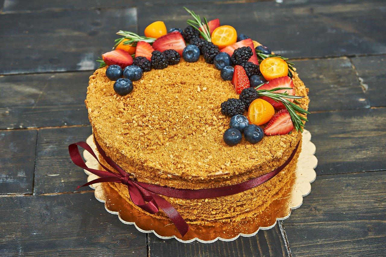 Торт медовик украсить фруктами фото