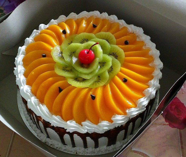 доводы торты украшенные фруктами фото красная