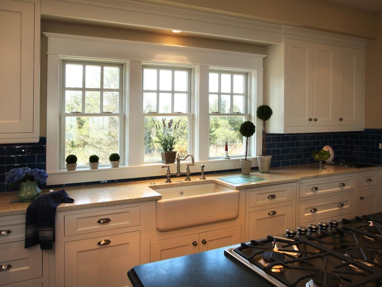Картинки кухни в доме мойка у окна