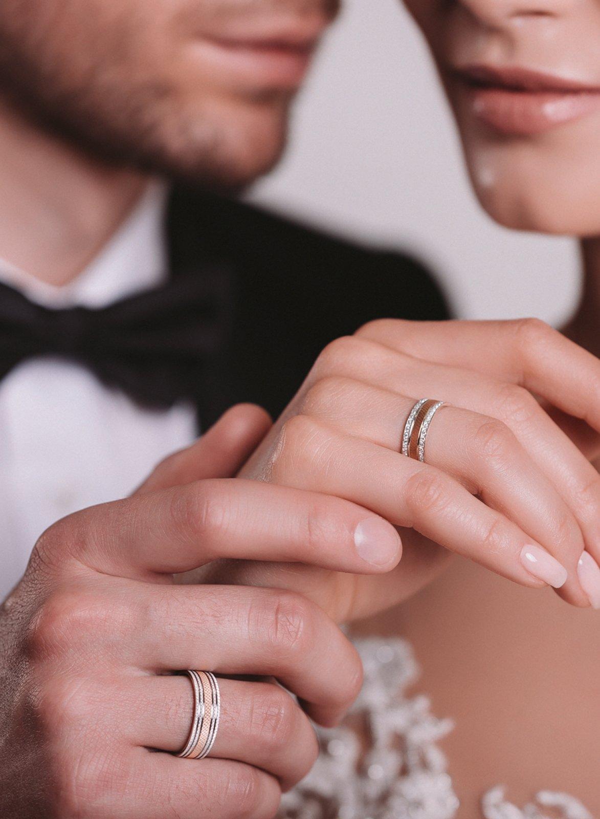 Кольцо у проскуряковой на свадьбе фото обручальное