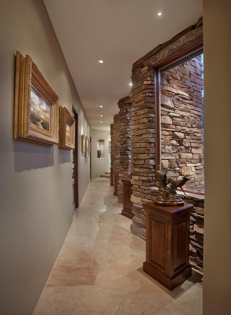 Дикий камень в коридоре фото типа меха