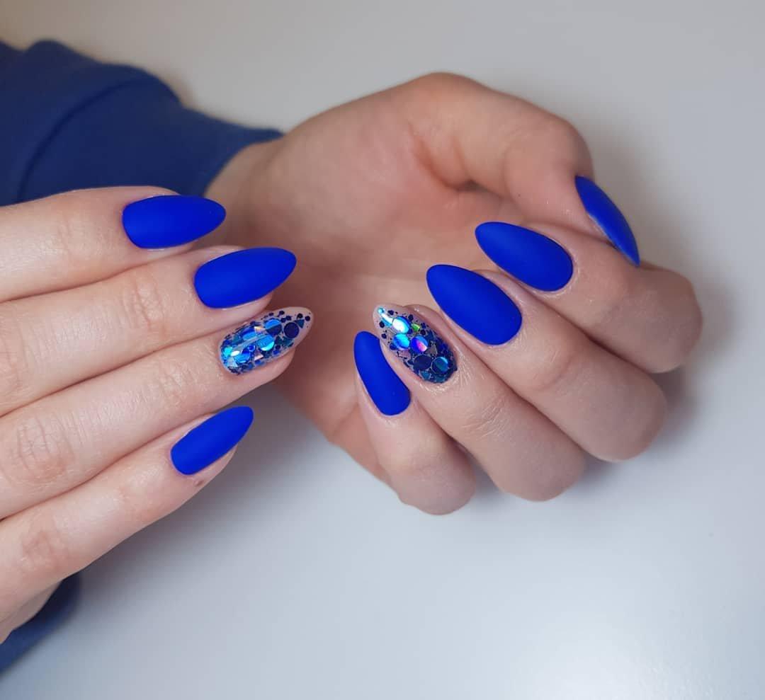 Модный маникюр синего цвета фото