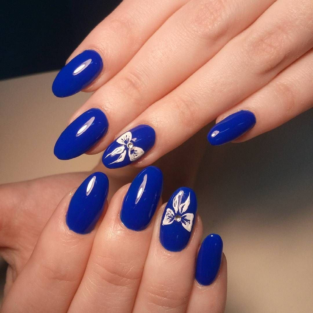 Красивый дизайн ногтей синего цвета фото