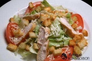 """Салат """"Цезарь"""" с копченой курицей и сухариками"""