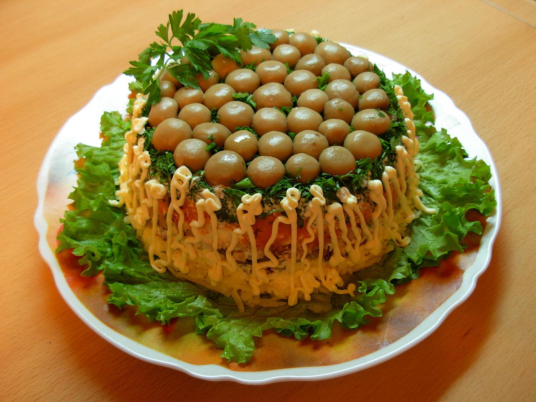 Слоеный салат с курицей грибами картошкой
