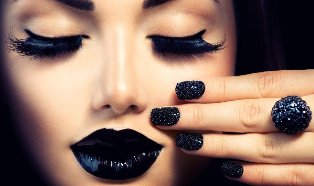 Девушка в черном макияж
