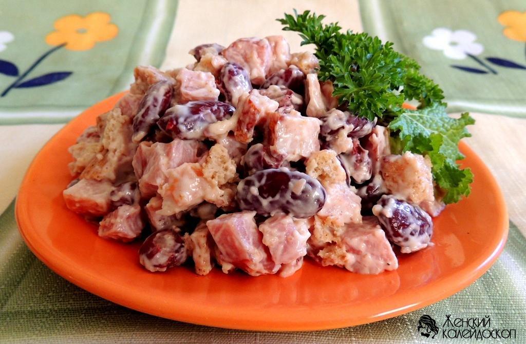 Салат с копченой курицей и фасолью и сухариками