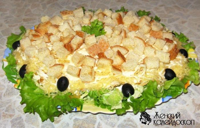 салат с копченой курицей и ананасом и сыром