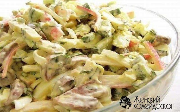 Салат из лапши быстрого приготовления с колбасой