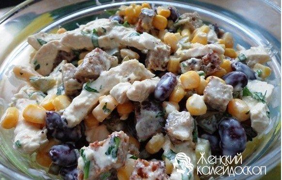 Салат с куриной грудкой и солеными огурцами и фасолью